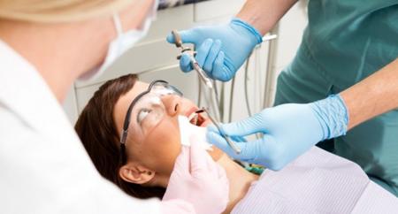Фото: помощь стоматолога при осложнениях после удаления