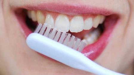 Фото: отбеливание зубов с помощью соды и перекиси водорода
