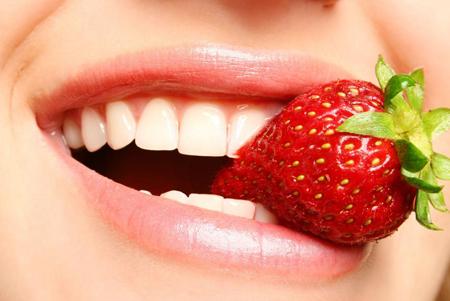 Фото: клубника для отбеливания зубов