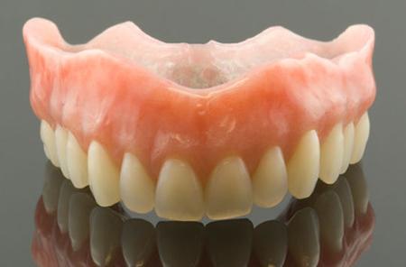 Фото: съемный протез на верхнюю челюсть