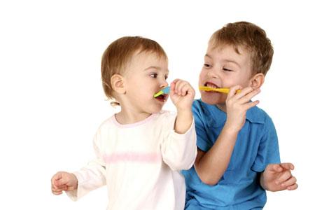 Фото: как чистить зубы детям