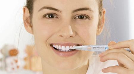 Фото: как пользоваться отбеливающим карандашом для зубов