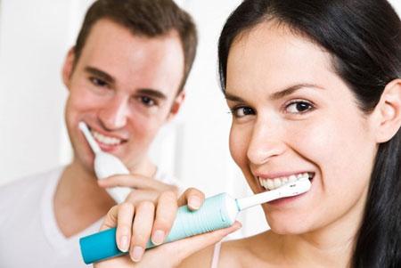 Фото: чистка зубов ультразвуковой щеткой