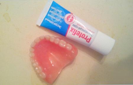 Фото: крем для фиксации зубных протезов Протефикс