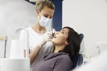Фото: можно ли лечить зубы во время месячных