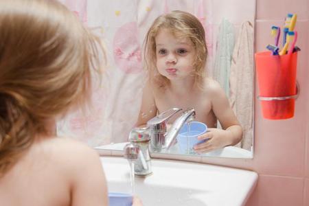 Фото: полоскание зубов ребенку