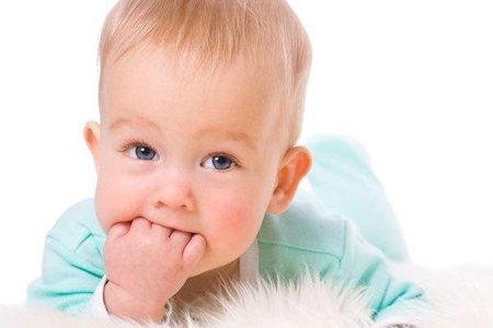 Фото: прорезывание зубов у ребенка