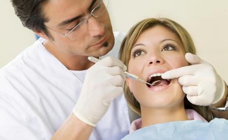 Фото: лечение кариеса на передних зубах