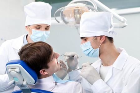Фото: проведение процедуры ретракции десны