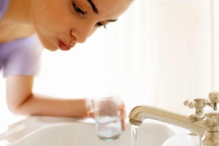 Фото: применение ополаскивателя для рта