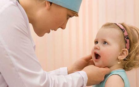 Фото: осмотр ребенка врачем